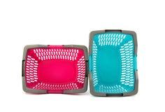Blauwe en roze plastic het winkelen mand. Stock Foto's