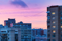 Blauwe en roze zonsonderganghemel over stad in de winter Royalty-vrije Stock Fotografie