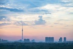 Blauwe en roze zonsopganghemel over de stad van Moskou royalty-vrije stock afbeelding