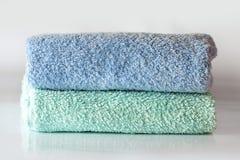 Blauwe en turkooise handdoeken op de witte achtergrond - kuuroord & wellness Stock Foto's