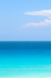 Blauwe en turkooise tropische oceaan Stock Afbeelding