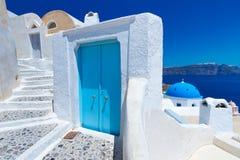 Blauwe en witte architectuur van eiland Santorini Royalty-vrije Stock Foto