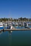 Blauwe en Witte Boten die bij Jachthaven worden weerspiegeld Stock Afbeelding