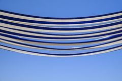 Blauwe en witte canvasluifel Stock Foto