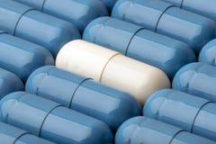 Blauwe en witte capsules als achtergrondmacro Stock Afbeeldingen