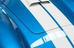Blauwe en Witte Gestreepte Kap van Klassieke Auto Royalty-vrije Stock Afbeelding