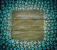 Blauwe en witte gevormde grens op zwarte houten panelen Stock Foto's