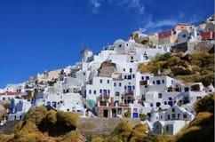 Blauwe en witte huizen in Oia Santorini Stock Fotografie