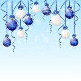 Blauwe en witte Kerstmisballen met sneeuw Royalty-vrije Stock Foto