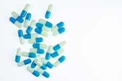 Blauwe en witte kleur van capsulepillen Stock Fotografie