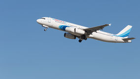 Blauwe en witte Luchtbusa321-231 vliegen Stock Foto