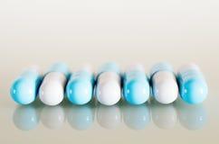Blauwe en witte medische capsules Royalty-vrije Stock Fotografie