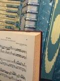 Blauwe en witte moeder van parel harmonika met muziek 4 stock fotografie