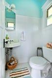 Blauwe en witte oude heldere kleine badkamers. stock afbeelding