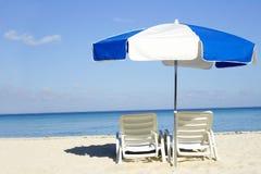 Blauwe en Witte Paraplu Stock Afbeeldingen