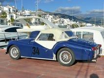 Blauwe en witte Triumpfh TR3 in Puerto Banus Stock Afbeelding