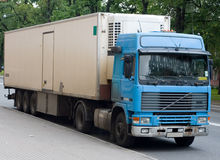 Blauwe en witte vrachtwagen royalty-vrije stock afbeelding