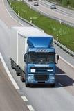 Blauwe en witte vrachtwagen Stock Foto
