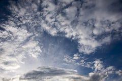 blauwe en witte wolken royalty-vrije stock fotografie