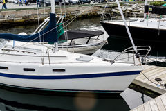 Blauwe en Witte Zeilboot Hull Stock Foto
