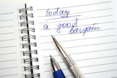 Blauwe en zilverachtige pennen op het notaboek Stock Fotografie