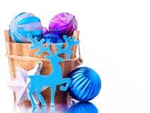 Blauwe en zilveren Kerstmisdecoratie met houten emmer Royalty-vrije Stock Afbeelding