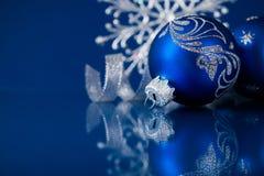 Blauwe en zilveren Kerstmisornamenten op donkerblauwe achtergrond Royalty-vrije Stock Afbeelding