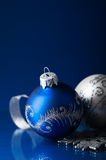 Blauwe en zilveren Kerstmisornamenten op donkerblauwe Kerstmisachtergrond Royalty-vrije Stock Foto's