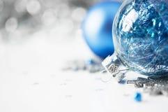Blauwe en zilveren Kerstmisornamenten op heldere vakantie B Royalty-vrije Stock Fotografie