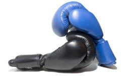 Blauwe en zwarte bokshandschoenen Stock Afbeeldingen