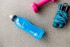 Blauwe Energiedrank met touwtjespringen en domoor Royalty-vrije Stock Afbeeldingen
