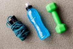 Blauwe Energiedrank met touwtjespringen en domoor Stock Foto