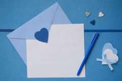 Blauwe envelop en wit leeg document met sommige ambachten Royalty-vrije Illustratie