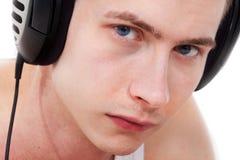 Blauwe eyed mens die aan droevige muziek luistert Stock Fotografie