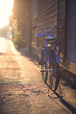 Blauwe fiets in een zijstraat op een zonnige dag Stock Foto's