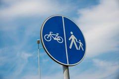 Blauwe fiets en voetgangersoversteekplaatsstraatteken royalty-vrije stock afbeeldingen