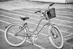 Blauwe fiets met mand Fiets op parkeren Vervoer en vervoer Reisavontuur en ontdekking stock foto