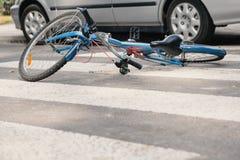 Blauwe fiets op een voetgangersoversteekplaats na fataal incident met a.c. royalty-vrije stock fotografie