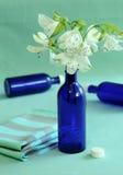 Blauwe flessen en bloemen. Royalty-vrije Stock Fotografie