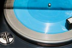 Blauwe flexischijf in oude platenspeler royalty-vrije stock foto's