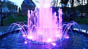 Blauwe fonteinen in stadspark Kleurrijke stralen van water stock videobeelden