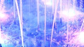 Blauwe fonteinen in stadspark Kleurrijke stralen van water stock video