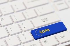 Blauwe GDPR-sleutel op wit computertoetsenbord stock afbeelding