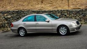 Blauwe geïsoleerde elektrische vensters, open schuifdak, rechterkantmening, Duitse luxeauto in gouden metaal legeringswielen, het Royalty-vrije Stock Afbeeldingen