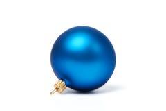 Blauwe geïsoleerdem Kerstmisbal royalty-vrije stock afbeelding