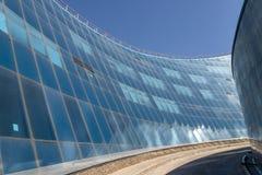 Blauwe gebogen glasmuur met passage royalty-vrije stock fotografie
