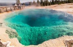 Blauwe geiserpool dicht, het nationale park van Yellowstone, WY, de V.S. Royalty-vrije Stock Fotografie