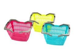 Blauwe, gele en roze plastic het winkelen mand. Royalty-vrije Stock Foto