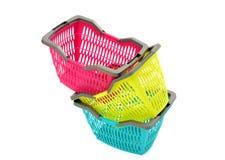 Blauwe, gele en roze plastic het winkelen mand. Royalty-vrije Stock Foto's