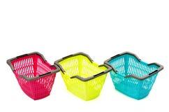 Blauwe, gele en roze plastic het winkelen mand. Stock Fotografie